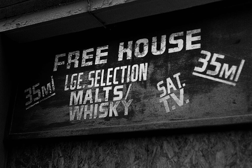 A close down free house on Clyde Street ©Samuel F.