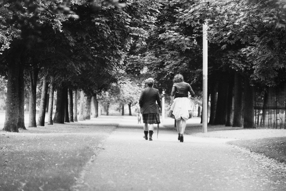 A lesbian couple in Glasgow Green after the Gay Pride ©Samuel F.